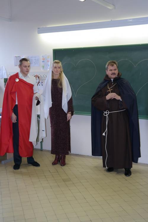 Una pareja enamorada y el Padre Valentin han llegado a Raduga para explicar nos su historia